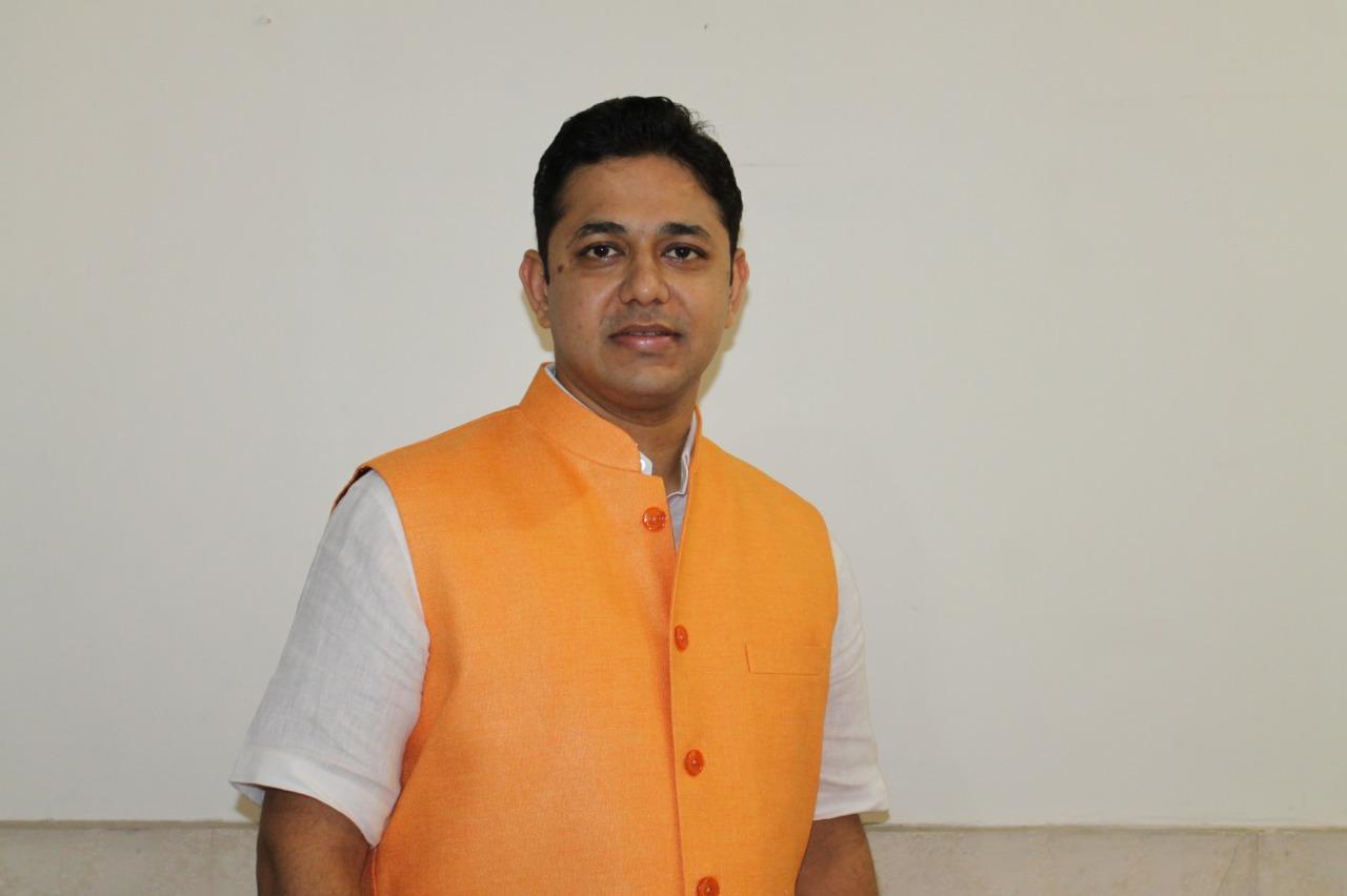युवाओं को अपना कीमती समय पढ़ाई में लगाना चाहिये : डॉक्टर विनय