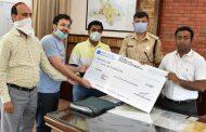 शिवम अग्रवाल ने 21 हजार रुपये का चेक प्रधानमंत्री राहत कोष में दिया