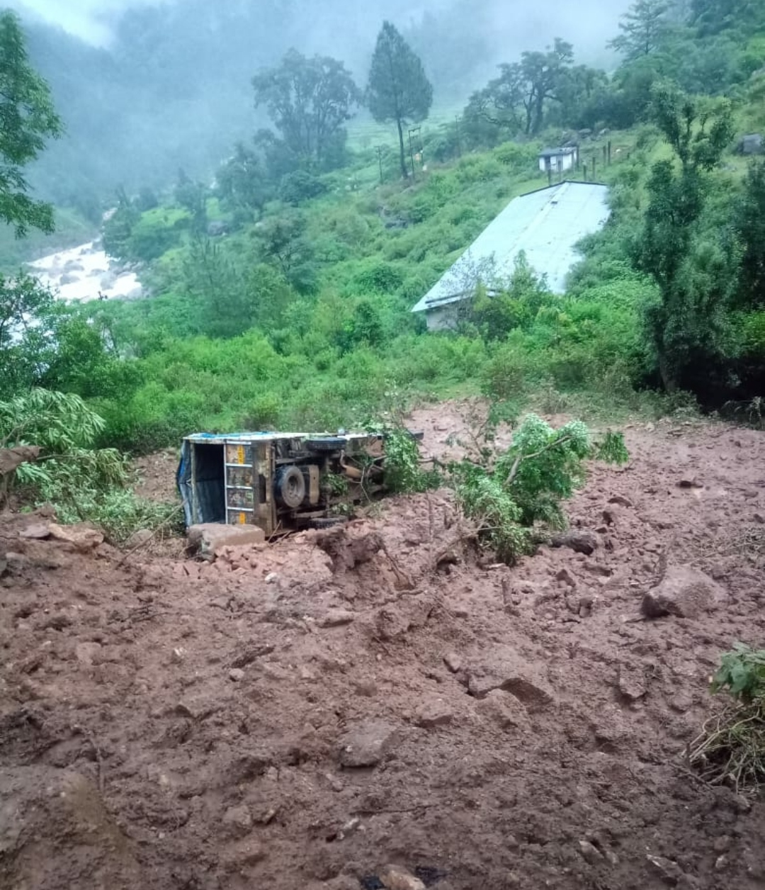 नैनीताल-हल्द्वानी मार्ग बंद, पिथौरागढ़ में वाहन बहे व फंसे हैं कई पर्यटक