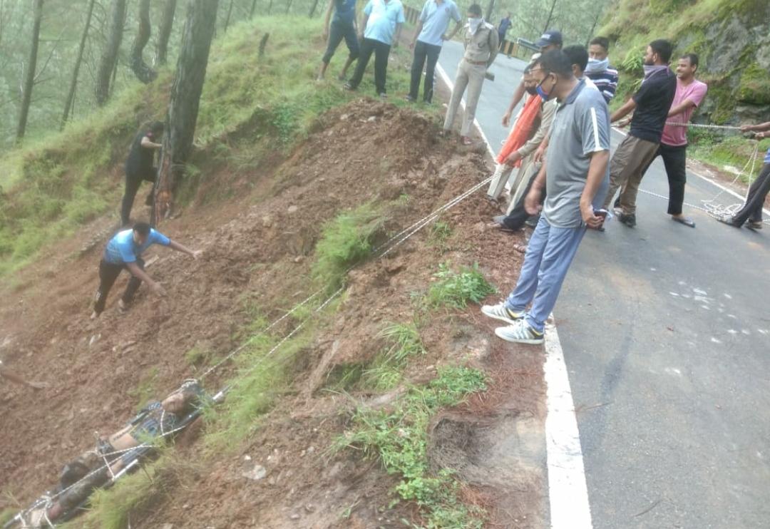 बागेश्वर और भीमताल में वाहन खाई में गिरे, दो लोगों की मौत