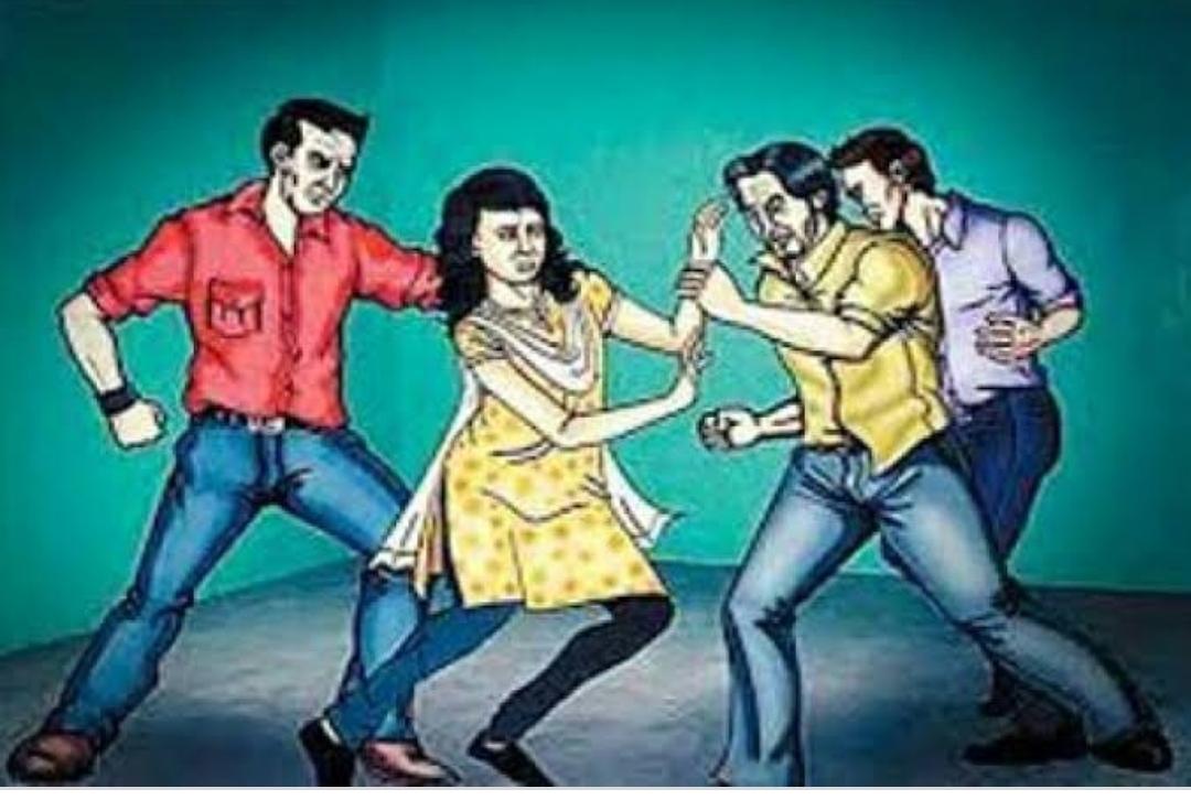 मनचलों ने पहले युवती को छेड़ा, विरोध किया तो अभद्रता की। फिर युवती ने उठाया यह चौकाने वाला कदम