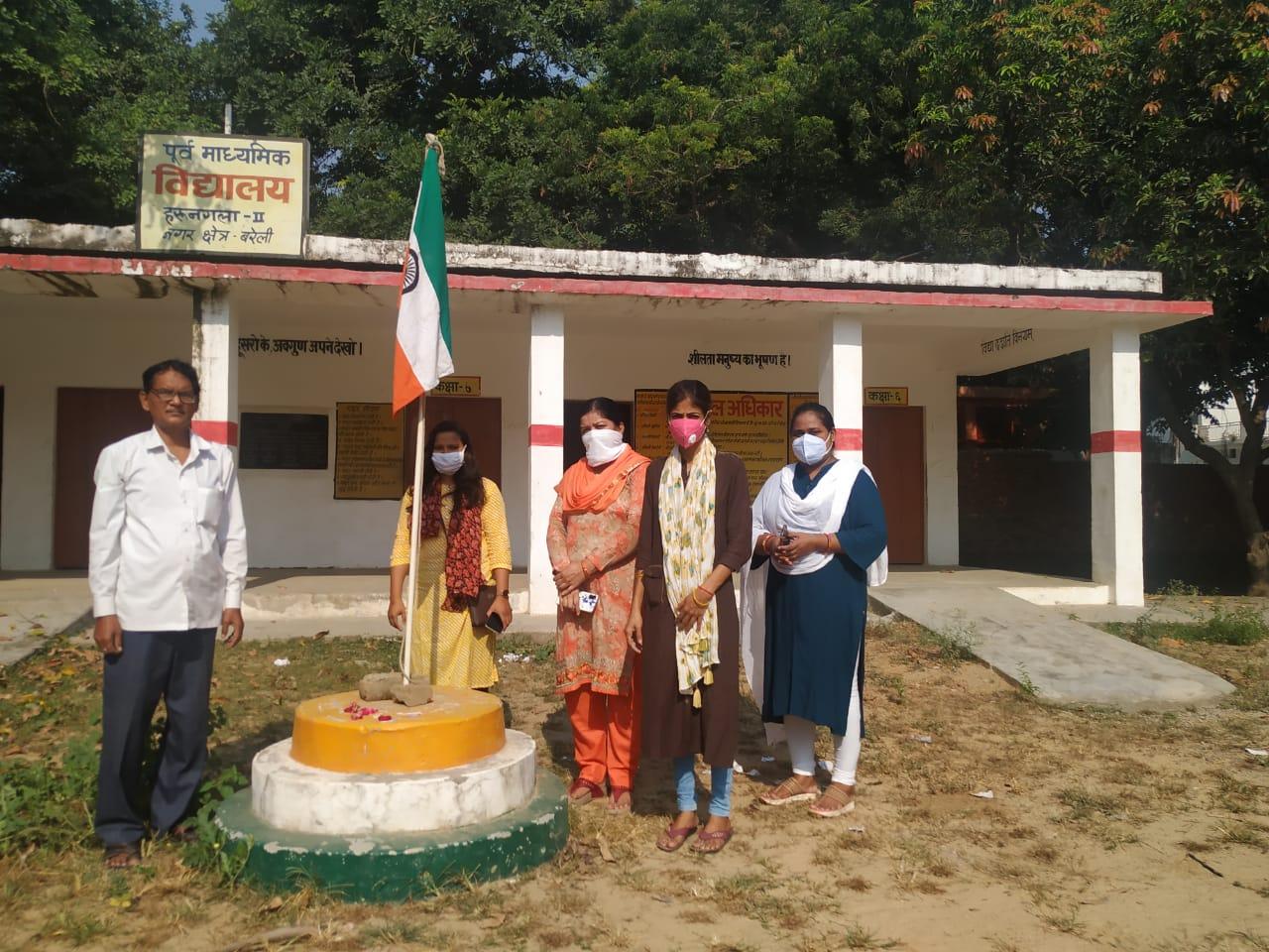सरकारी शिक्षकों ने गांधी जयंती पर उल्टा तिरंगा फहराया फिर खुद वायरल कर दिए फ़ोटो