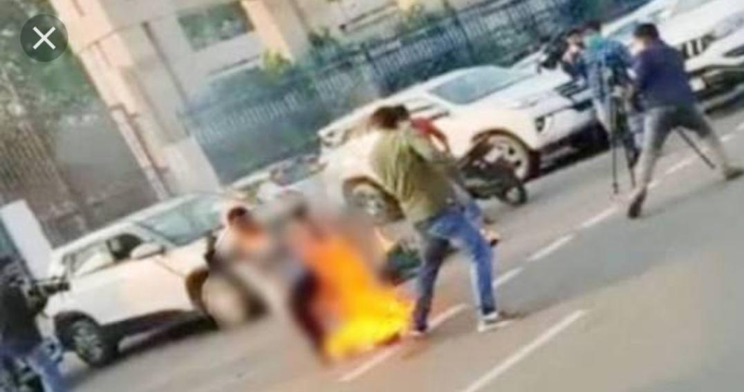 लखनऊ विधानसभा के सामने महिला ने आग लगाई, हालत गंभीर