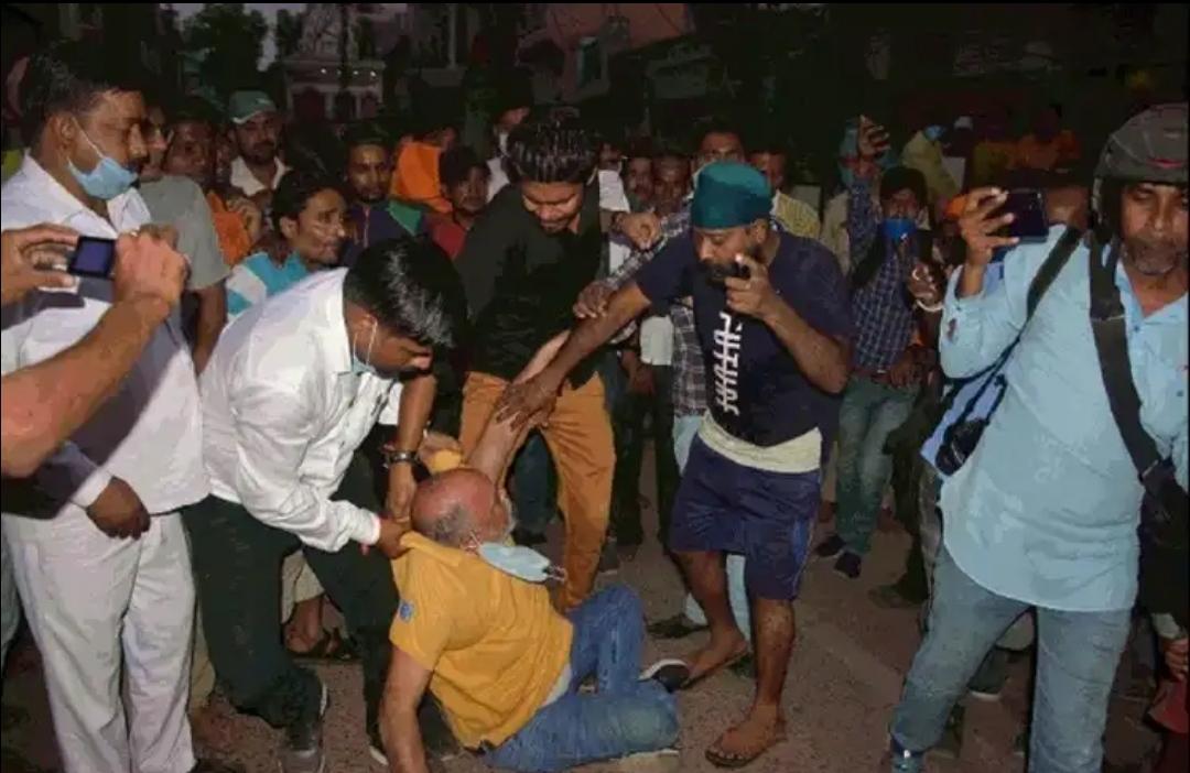 कांग्रेस नेता पहुंचे नारेबाजी करने, भीड़ के मना करने पर नहीं मानें तो लात-घूंसों की हुई बरसात। यहां का है मामला